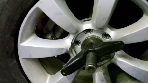ruka se pohybuje uvnitř kola automobilu a odposlech, detailní pohled