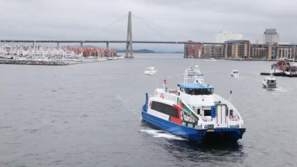 pěší loď plave na Perském zálivu stavanger proti most