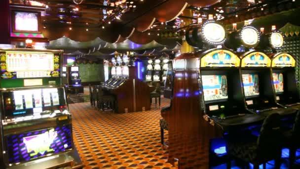 V sále prázdných kasino s hracími automaty pracovní