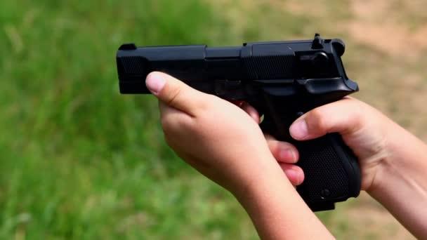 nő tartja a fegyvert, és lő, Vértes nézetet fű háttér