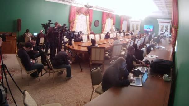 novináři opravit informace v pokoji na zasedání Rady