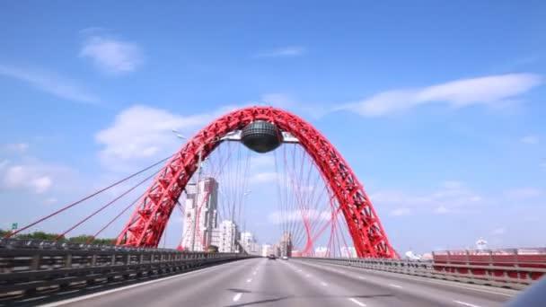 Auta jít na Zhivopisny mostě proti modré oblohy jasno