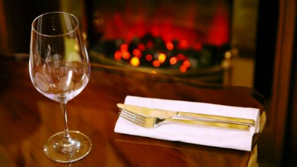 Nádobí a sklenice na víno víno leží na stole v restauraci