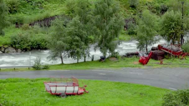 Telega stojan poblíž silnice odbočit na pozadí řeky a stromy