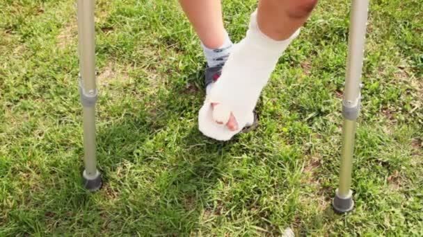 chlapci jsou kroky, které zraněné nohy se zlomeným prstem