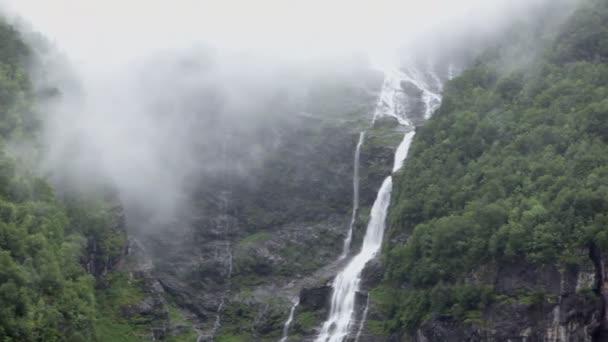 potok a řeka s vodopádem na skalnaté hory s lesem
