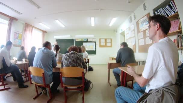 A szülők jelen a tanár-szülő osztályban találkozó
