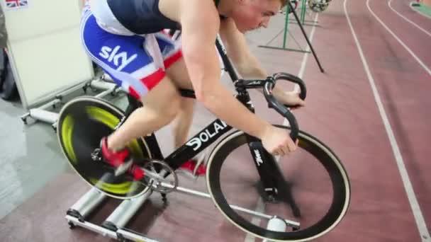 cyklista Jan Pavel v červ up na kole na stadionu