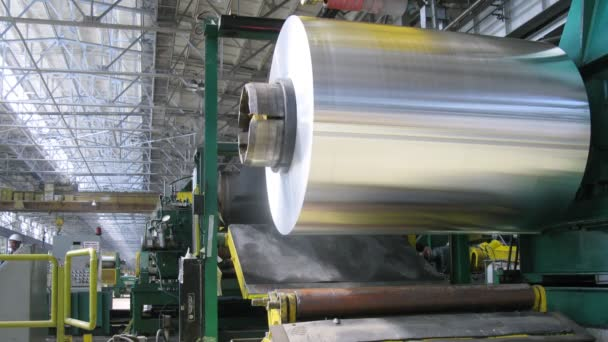 Alumínium tekercs forog a gép a műhelyben a Hengermű