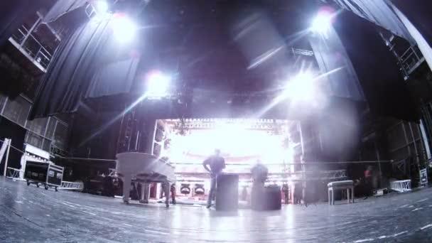 klavír stojí před pracovníky scény demontáž scenérie