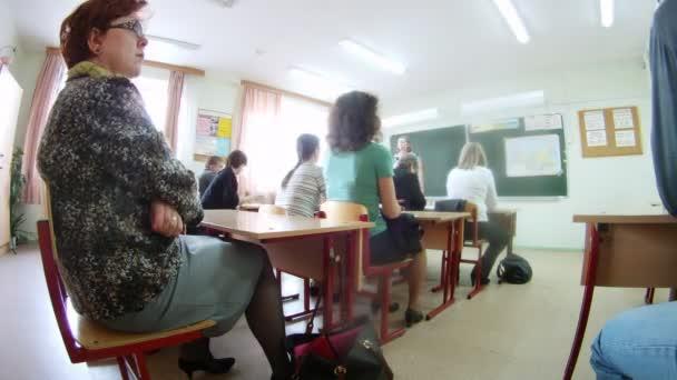 A szülők jelen a szülő megfelel az iskolában