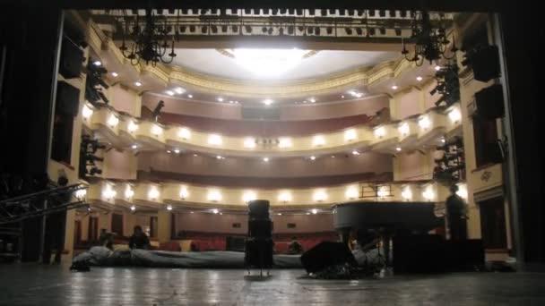 arbeitung Szenen demontieren Landschaft nach Aufführung im Theater