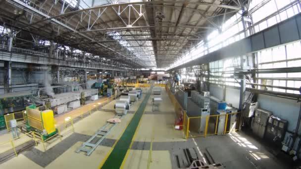 závitky z hliníku leží v výrobní hala válcovny