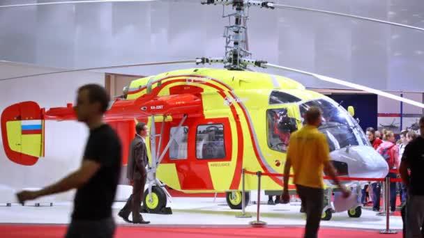 vrtulník ambulance stojí na výstavě