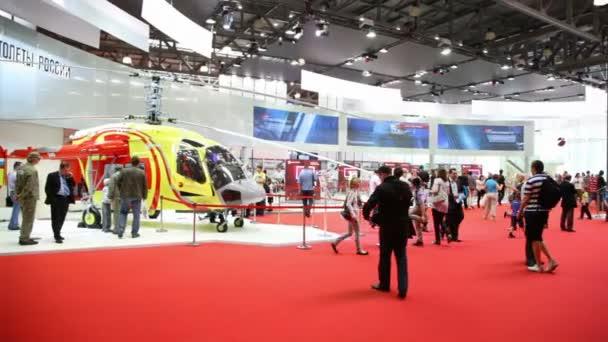 návštěvníci chodí na mezinárodní výstavě vrtulník průmyslu