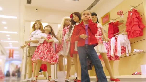 děti stojí poblíž figuríny v nákupním centru s balónky