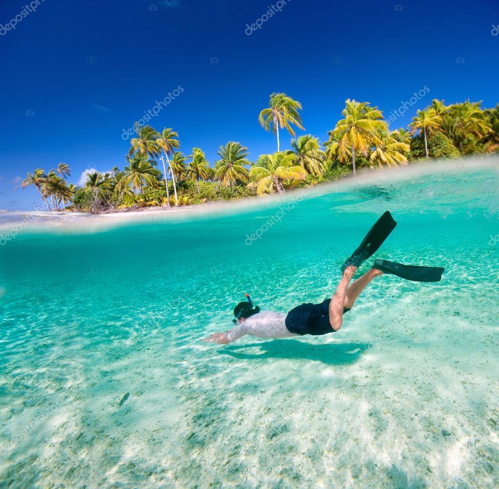 Hombre nadando bajo el agua — Foto de stock © shalamov #14735791