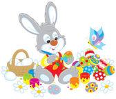 Malý zajíček maluje kraslice