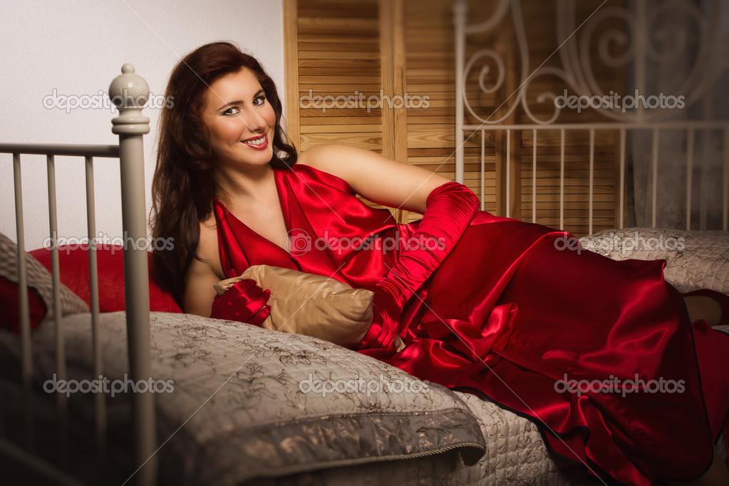 Брюнетка в красном платье гладит вещи, порно японские домработницы в hd