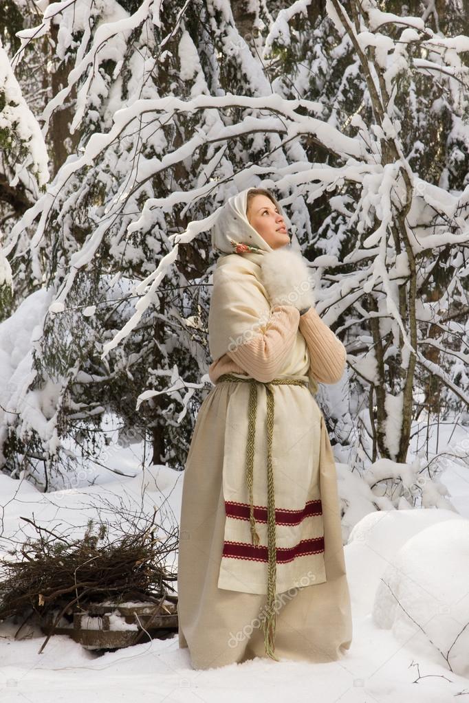 русская девка в лесу