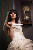 Braut mit scharfem Messer