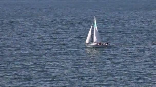 plachetnice na modrý oceán vzor