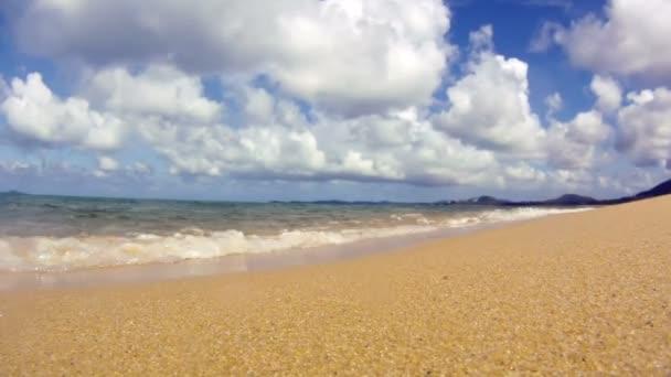 Óceán hullámai trópusi homokos strand