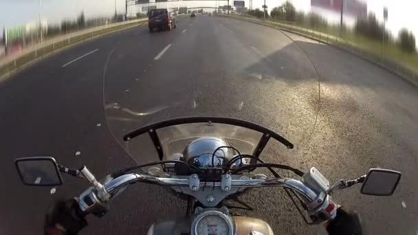 motorkář jízdě motocyklu na městské dálnici, pov
