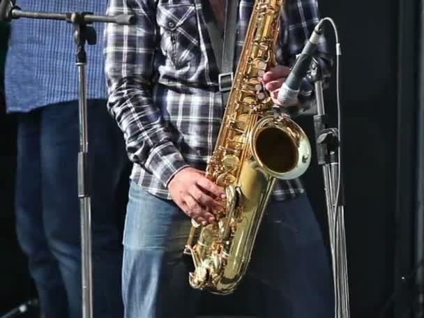 Férfi játszik szaxofon a koncert