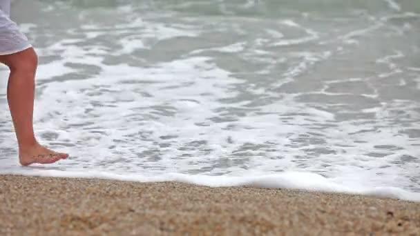 mladá dívka na pláži s vlnami