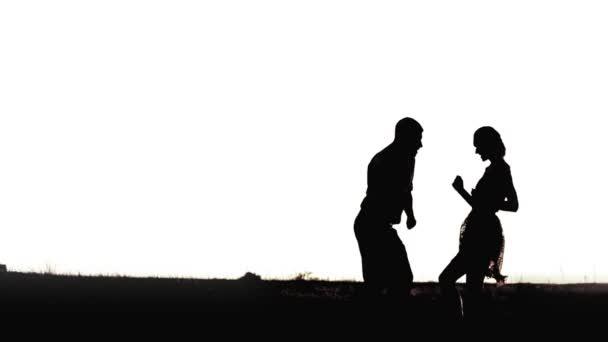 Fiatal fekete pár sziluettek tánc a elszigetelt fehér háttér