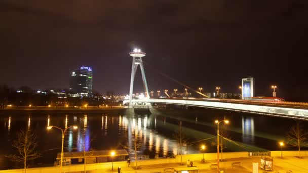 noční provoz na mostě přes dunai v Bratislavě, Slovensko