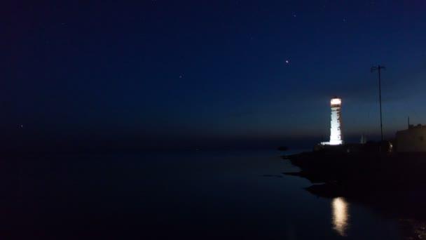 maják na okraji vody poblíž moře v noci, timelapse