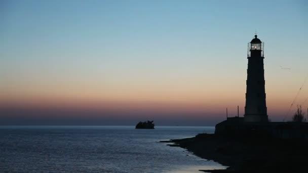 maják na okraji vody moře při západu slunce, timelapse