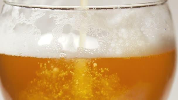 pivní pěny a bublin ve skle
