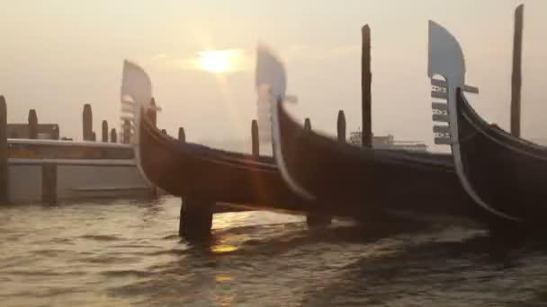 benátské gondoly vázán poblíž pier na san marco náměstí na východ slunce, Benátky, Itálie. timelapse