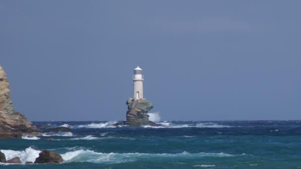 maják na skále v rozbouřeném moři pod vlnami