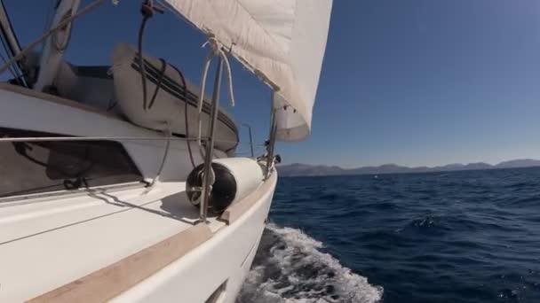 Plachetnice na závod v modrém moři