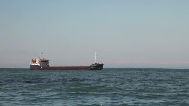 hromadný dopravce loď plující v moři