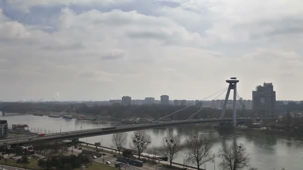 timelapse provozu na mostě přes dunai v Bratislavě, Slovensko