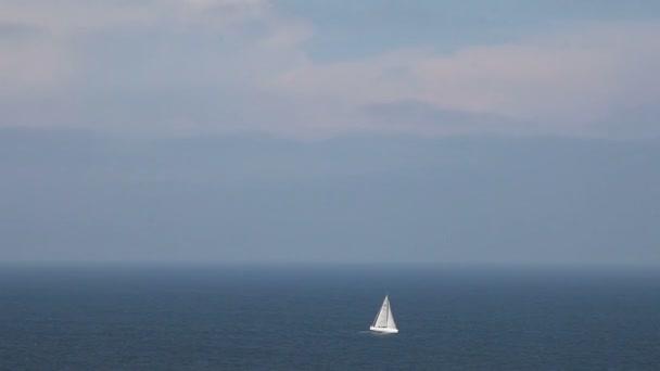 plachetnice v otevřené modré moře, pohled shora