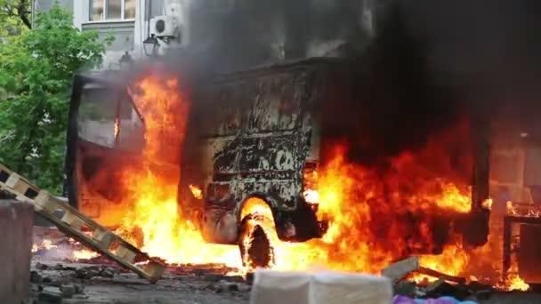 hořící auto v centru města během nepokojů v Oděse, Ukrajina