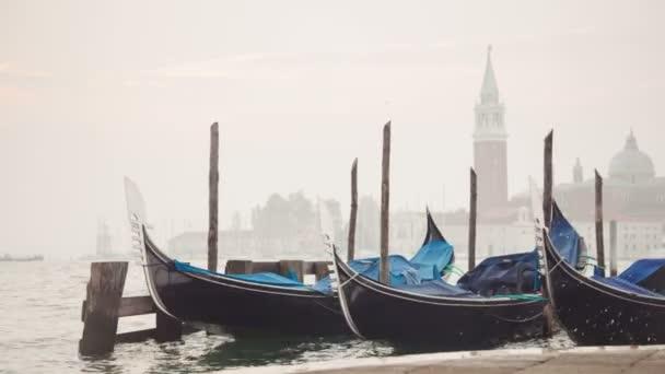 velencei gondolák kötött közelében a mólón, a san marco tér a sunrise, Velence, Olaszország