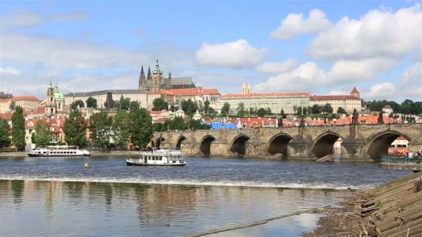 Karlův most (středověký most v Praze na řece Vltavě). Timelapse pohled