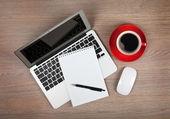 Fotografie prázdný Poznámkový blok za notebook a kávy cup