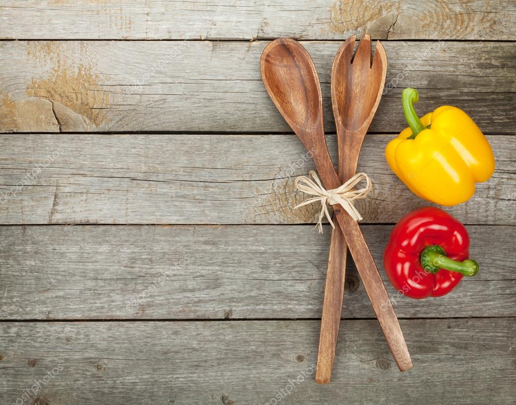 Coloridos pimientos y utensilios de cocina foto de stock for Utensilios de cocina fondo