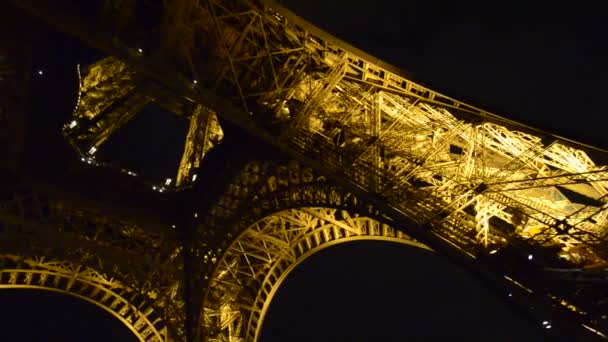 neobvyklé široký úhel pohledu uvnitř centra Eiffelova věž v Paříži - Francie