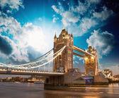 Fotografie krásné barvy západu slunce nad slavný tower bridge v Londýně