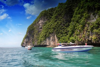PHI PHI ISLAND, THAILAND - AUG 5: Tourists enjoy the wonderful b