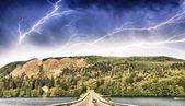 krásná cesta na jezeře bouře barvami
